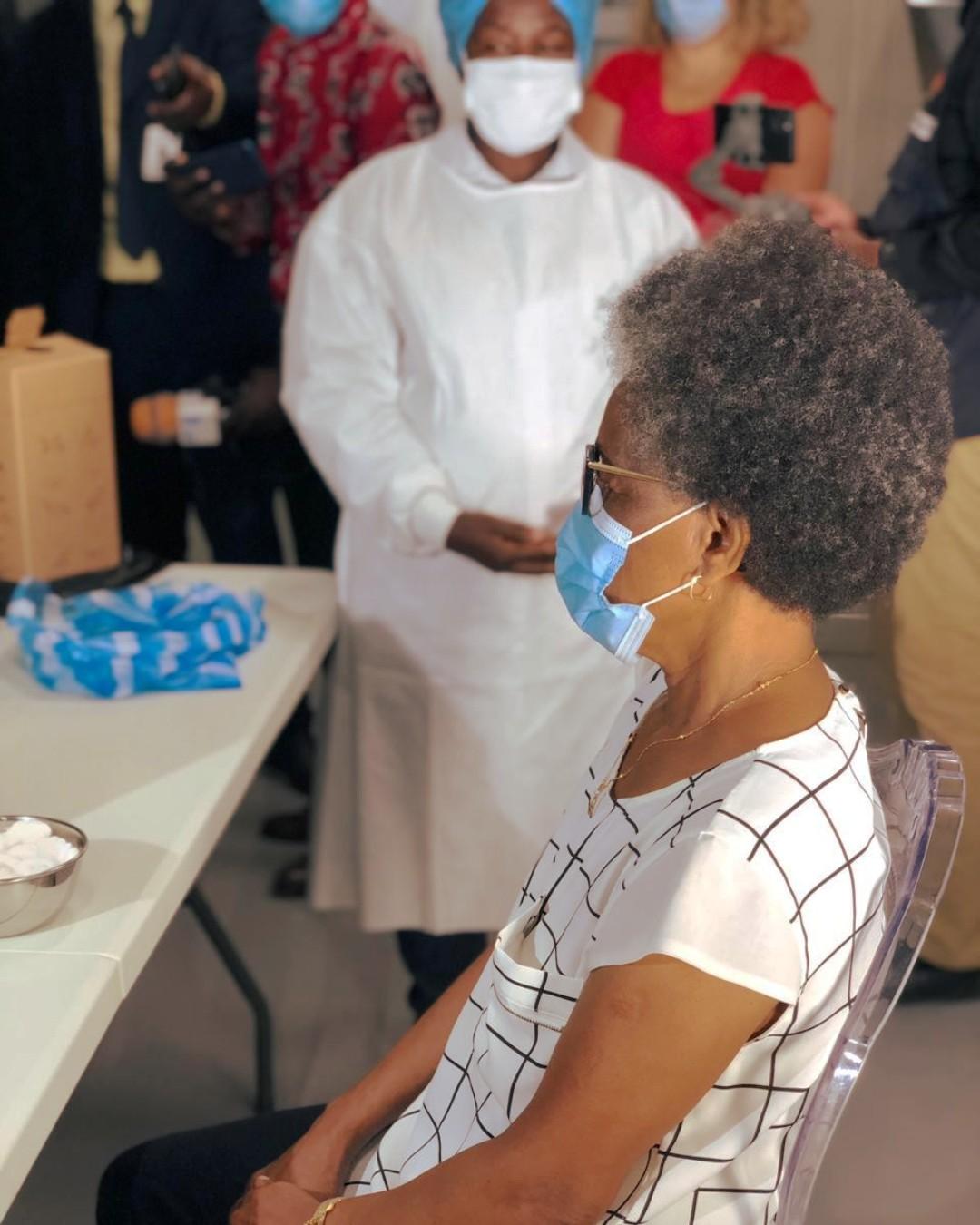 Amélia Gourgel, primeira angolana a ser vacinada.